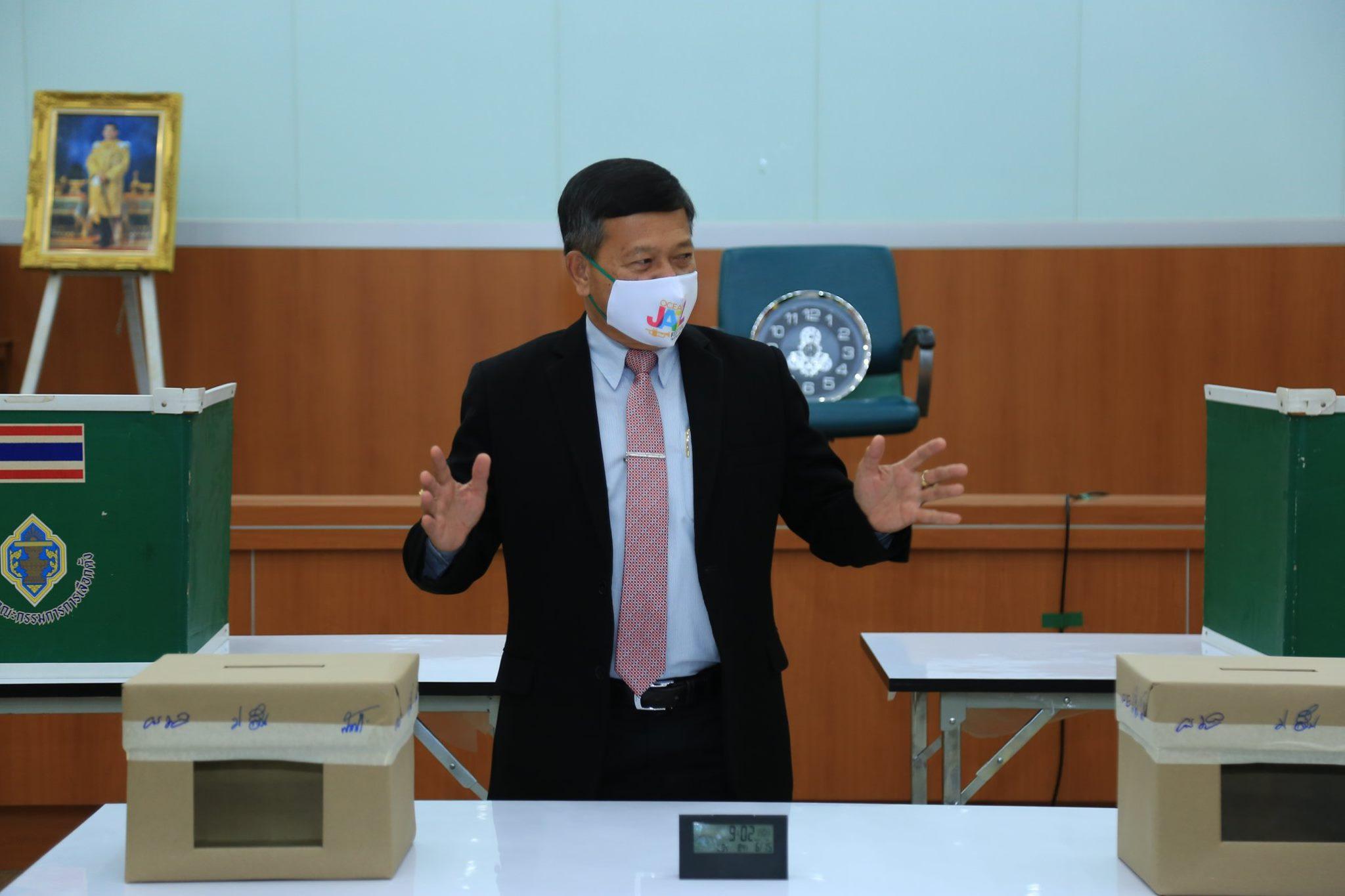 ผศ.ดร.ประยูร ลิ้มสุข อธิการบดีมหาวิทยาลัยราชภัฏเพชรบูรณ์ ได้เป็นประธานการลงคะแนนรับเลือกตั้งกรรมการสภา